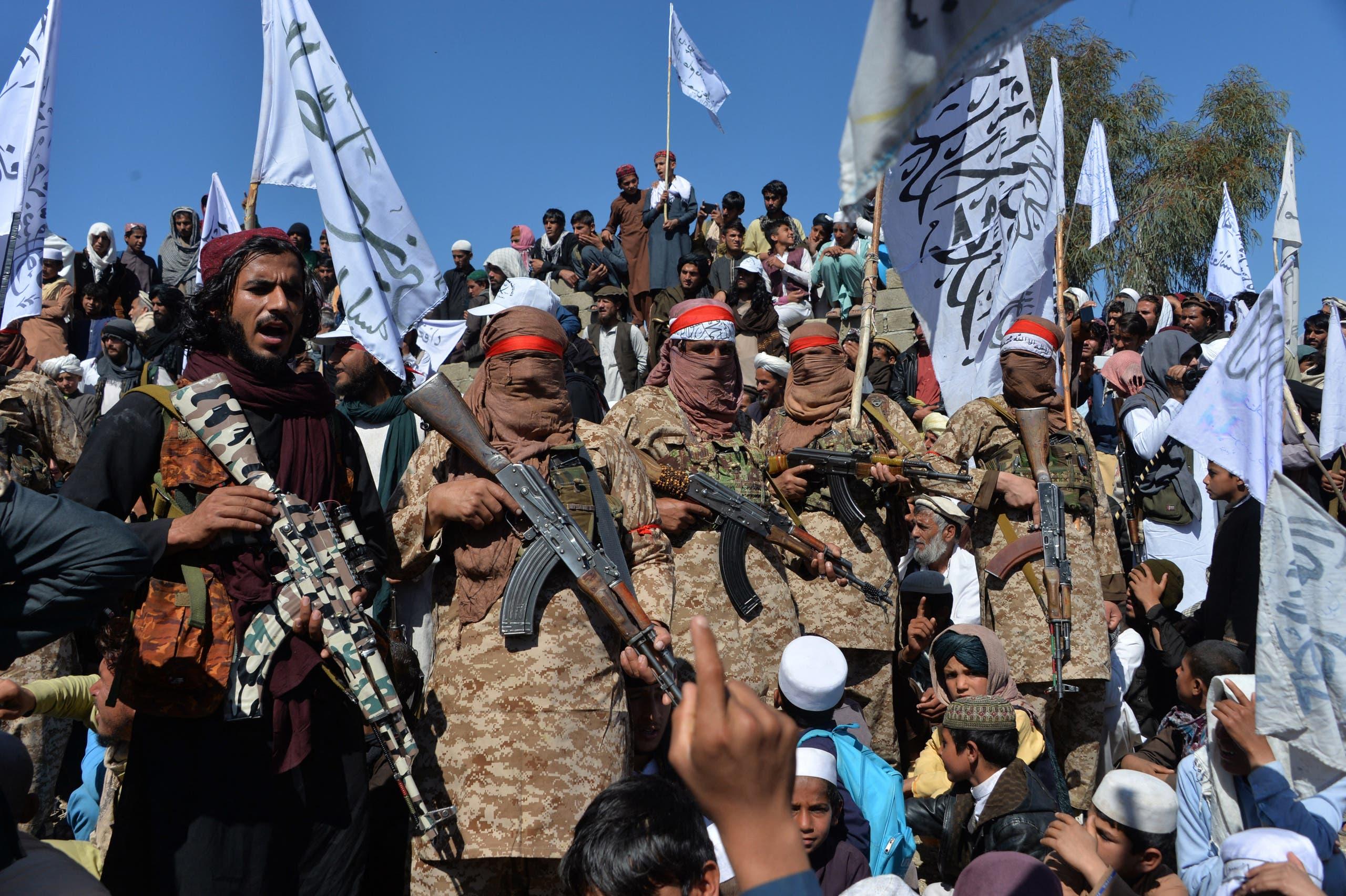 مقاتلون من طالبان وسكان من ألينجار يجتمعون في مارس 2020 للاحتفال بالاتفاق الذي تم التوصل اليه حول الانسحاب الأميركي