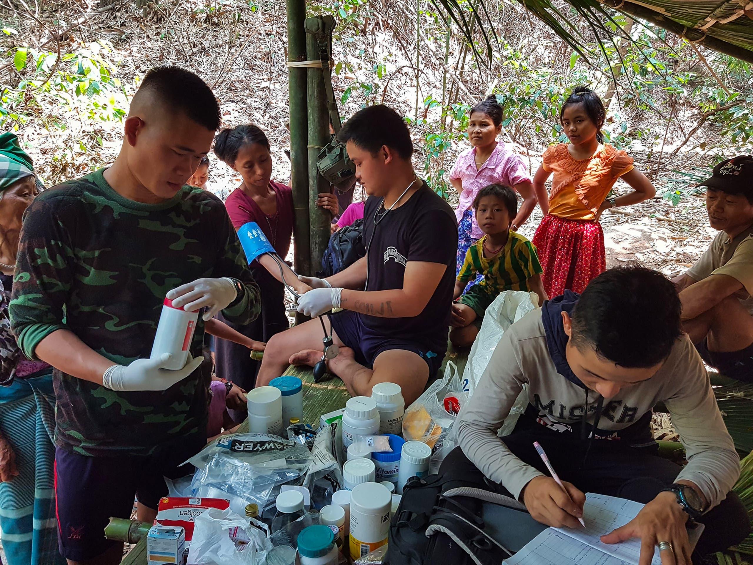 تقديم مساعدة طبية لنازحين في ميانمار