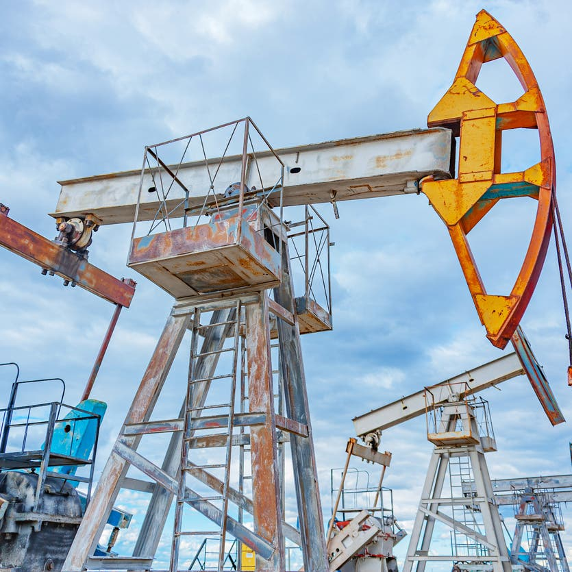 النفط يقفز فوق 80 دولاراً وسط شح طاقة يهز الأسواق