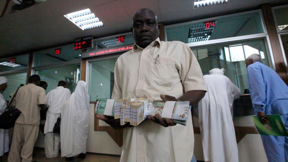 أحد المتعاملين في فرع المركزي بالخرطوم (رويترز)