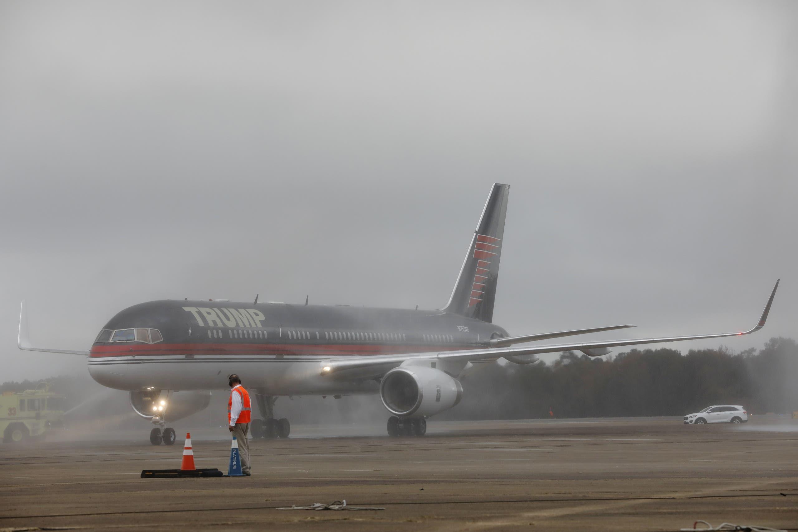 طائرة ترمب في مطار في الاباما في 2016