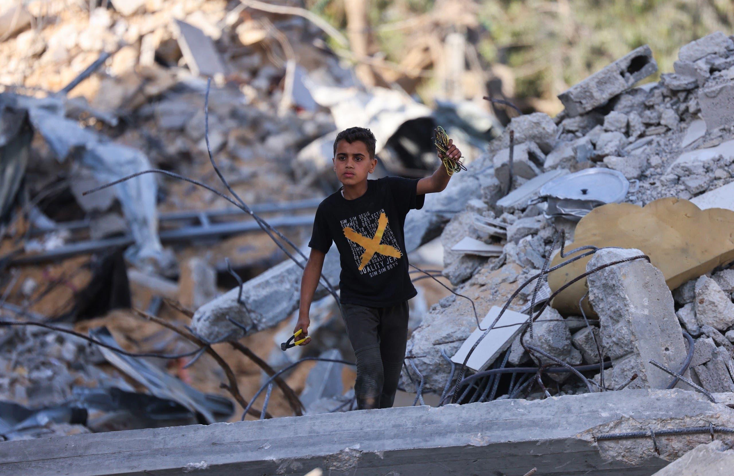طفل فلسطيني يمشي بين ركام المباني في غزة