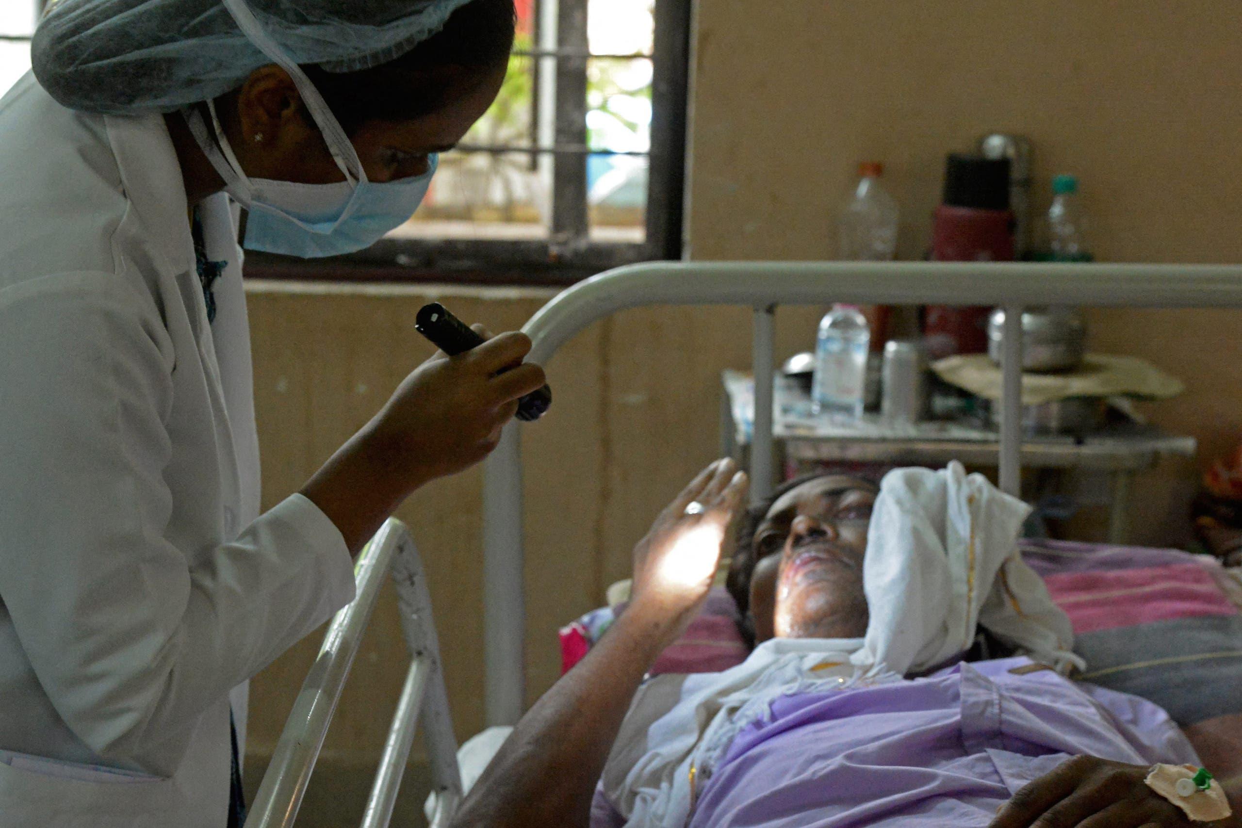 طبيبة في مستشفى في حيدر أباد تعاون سيدة تعافت من كورونا لكنها مصابة بالفطر الأسود