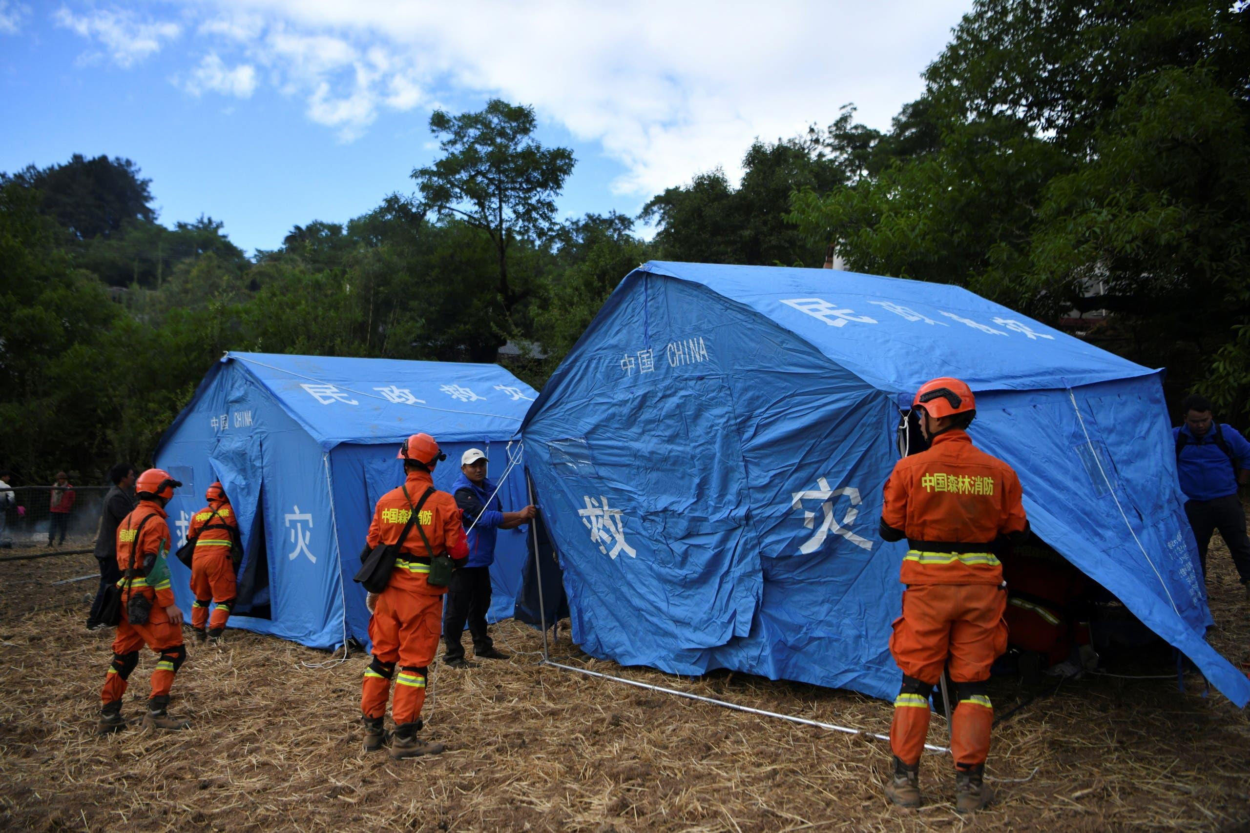 عمال الإغاثة ينصبون الخيام عقب الزلزال