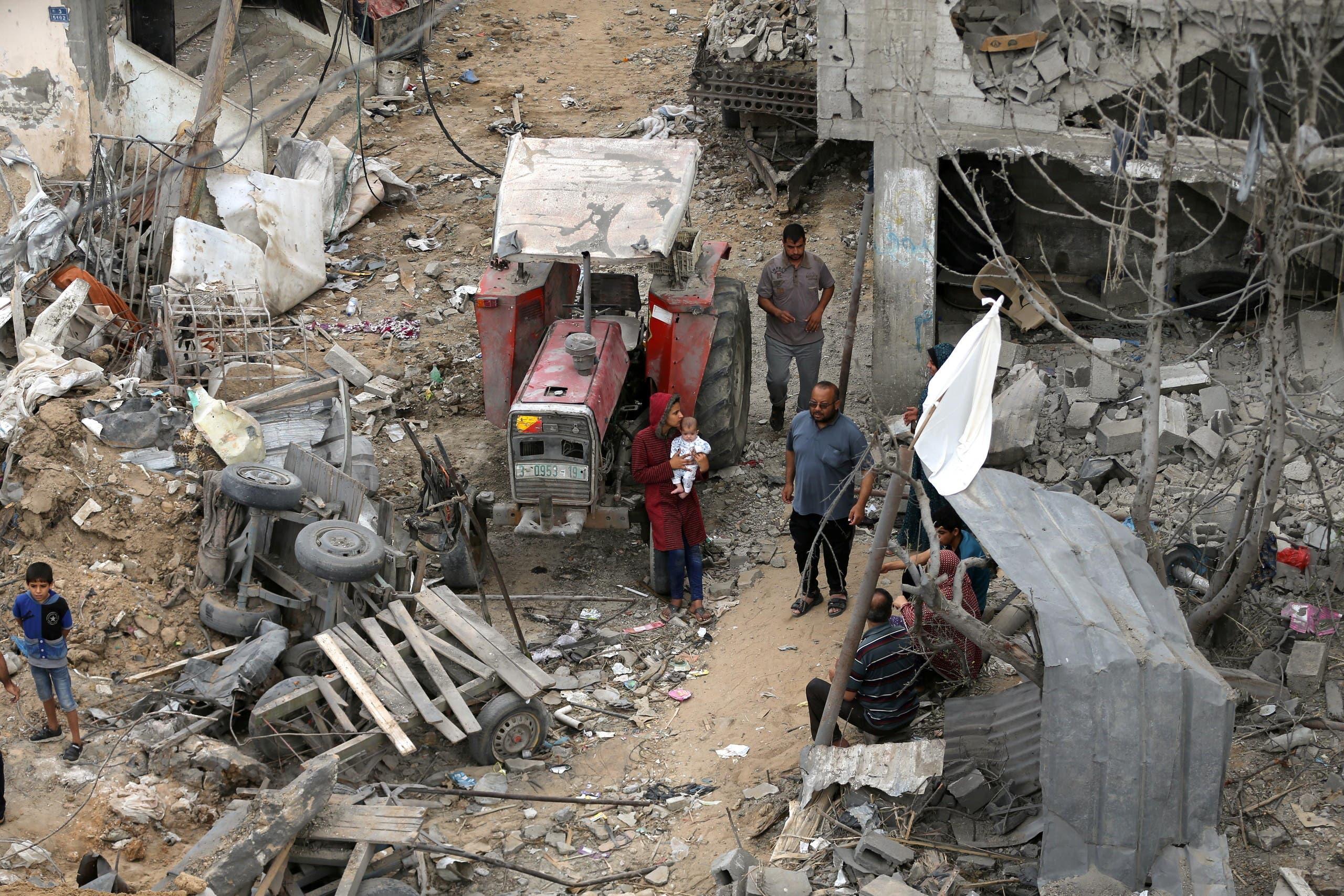 فلسطينيون يعودون إلى منازلهم التي دُمرت خلال ضربات جوية إسرائيلية على غزة