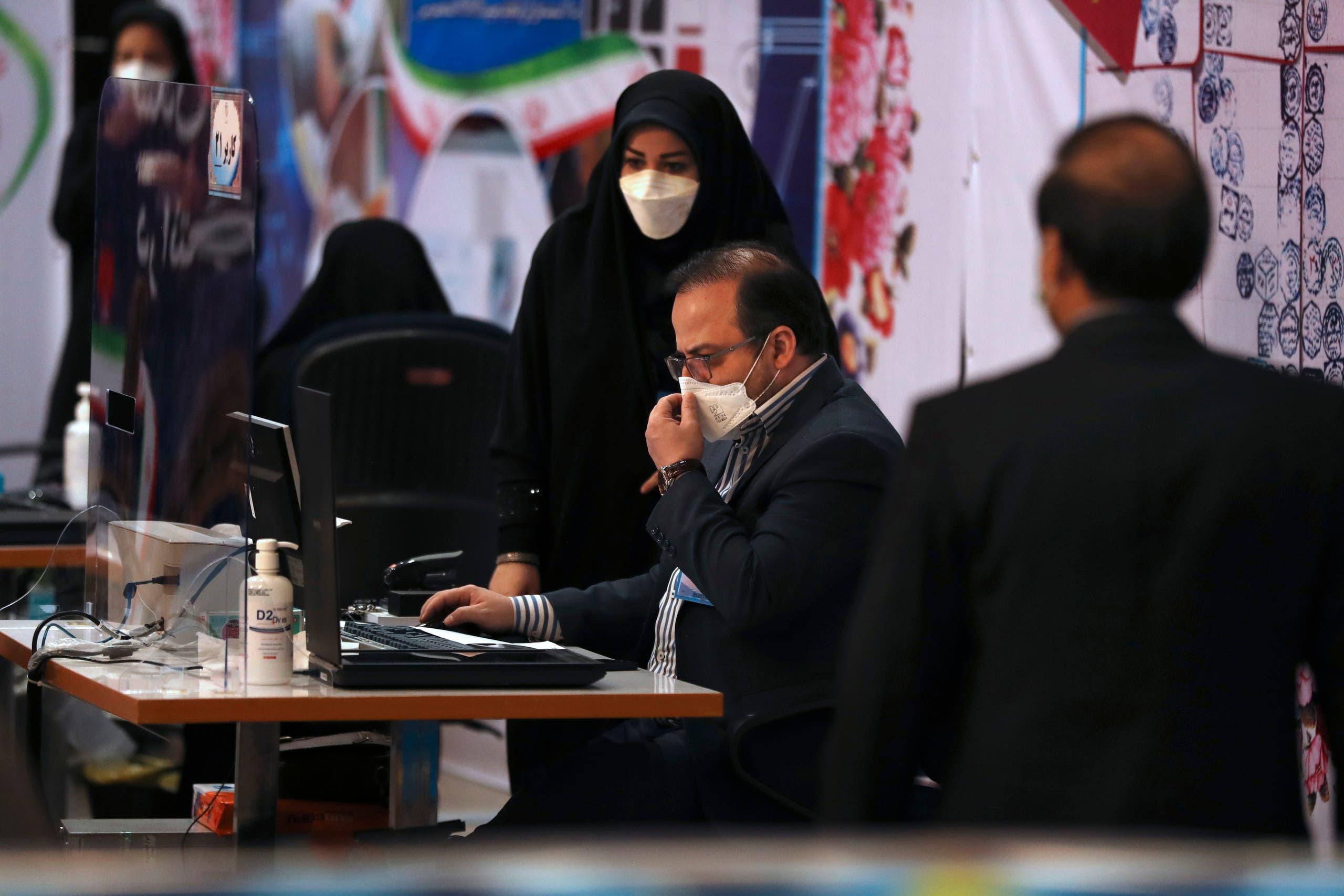مركز تسجيل المرشحين للانتخابات الرئاسية في طهران (أسوشييتد برس)