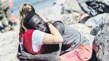 عانقته وحمته.. فيديو لإسبانية تساعد لاجئاً يهز التواصل