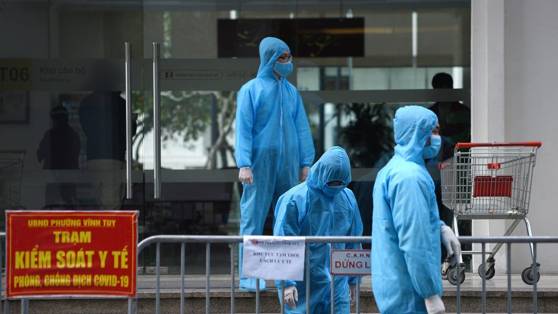 Medical workers in protective suits stand outside a quarantined building amid the coronavirus disease (COVID-19) outbreak in Hanoi, Vietnam, January 29, 2021. (File Photo: Reuters)