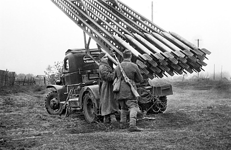 جنود سوفيت رفقة قاذفات صواريخ الكاتيوشا بالحرب العالمية
