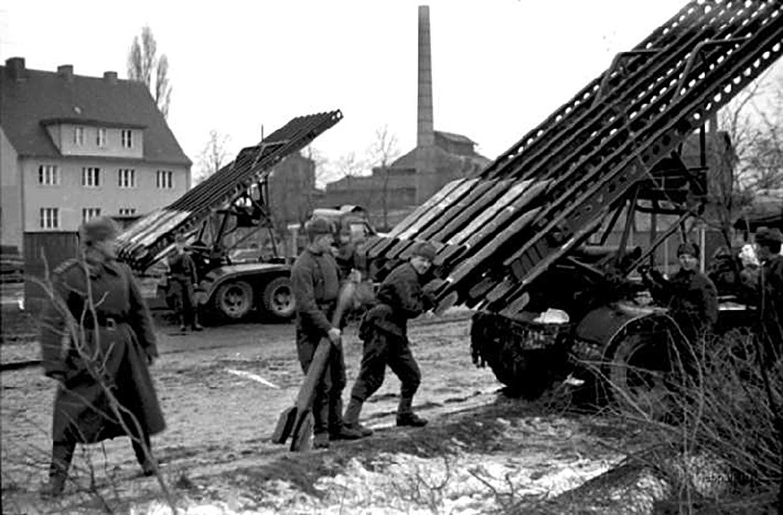 صورة لجنود سوفيت بصدد شحن قاذفات صواريخ الكاتيوشا