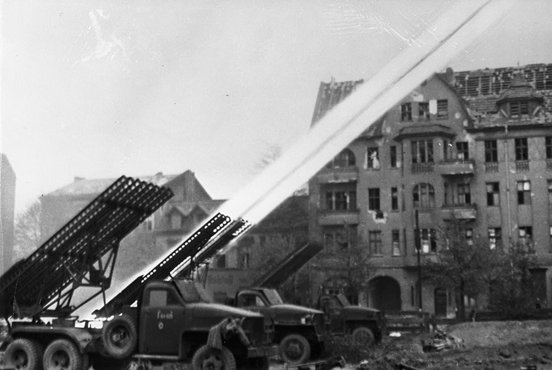 صورة لأحد قاذفات الكاتيوشا أثناء اطلاقها لصواريخها