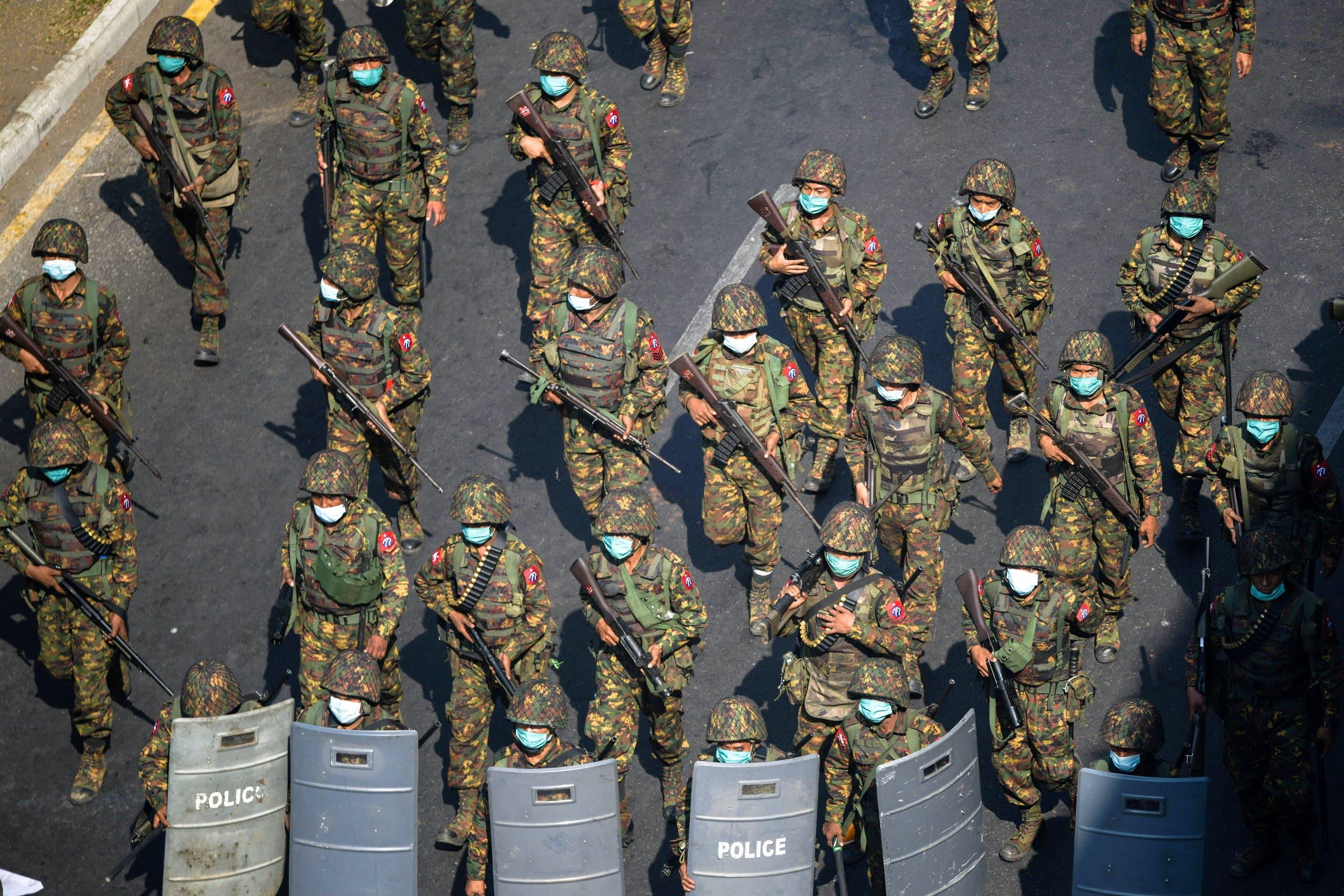 عسكريون يجوبون شوارع يانغون في فبراير الماضي