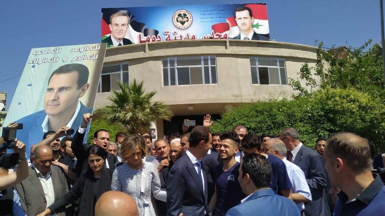 دوما کونسل میں ووٹ ڈالنے کے بعد بشار الاسد شہریوں میں گھل مل گئے