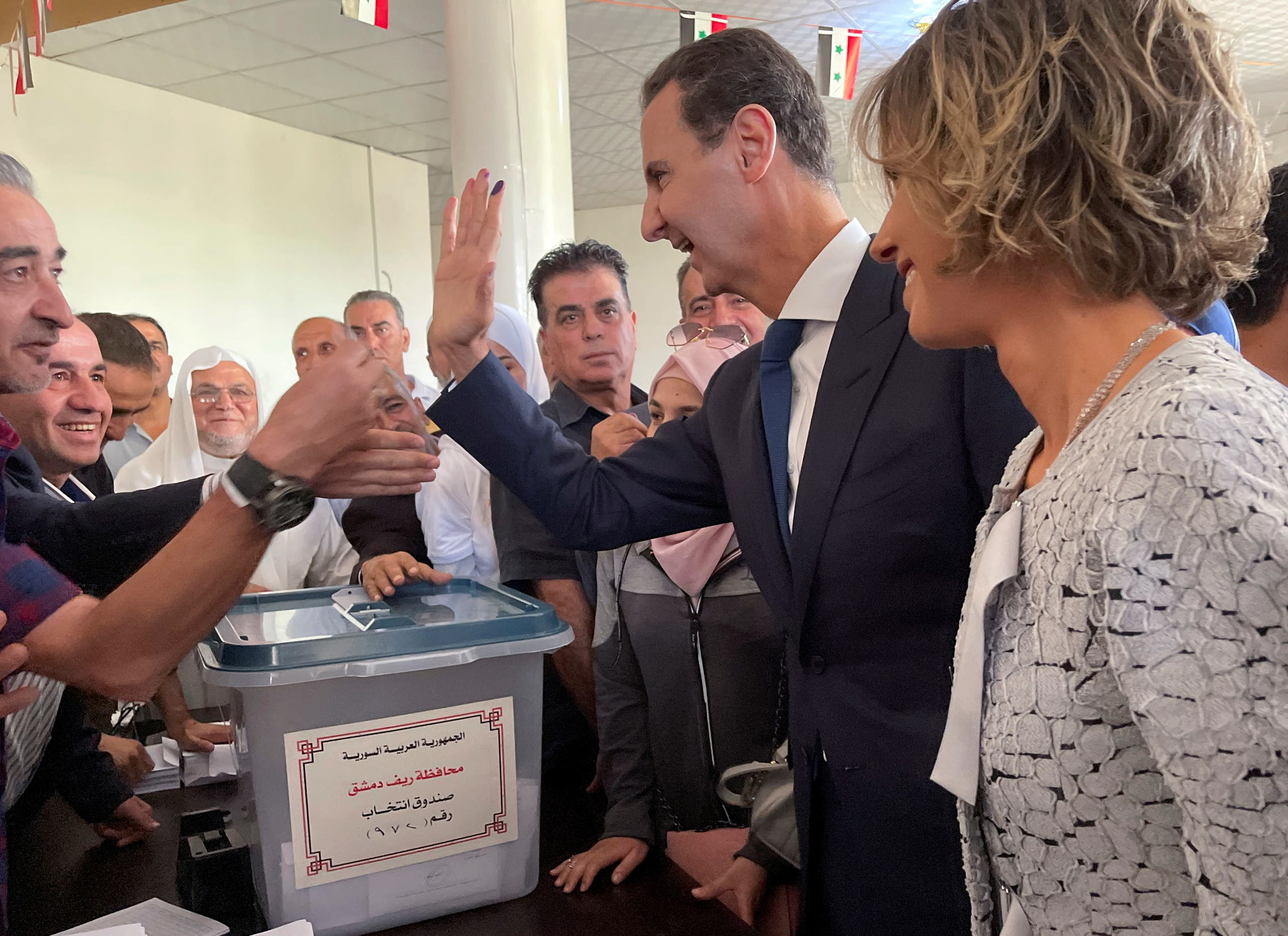 بشار الأسد أثناء الإدلاء بصوته