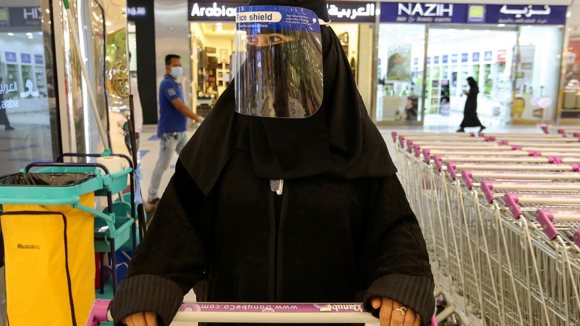 A Saudi woman, wearing a face shield, shops at a supermarket, following the outbreak of the coronavirus disease (COVID-19) in Riyadh, Saudi Arabia June 14, 2020. (File Photo: Reuters)