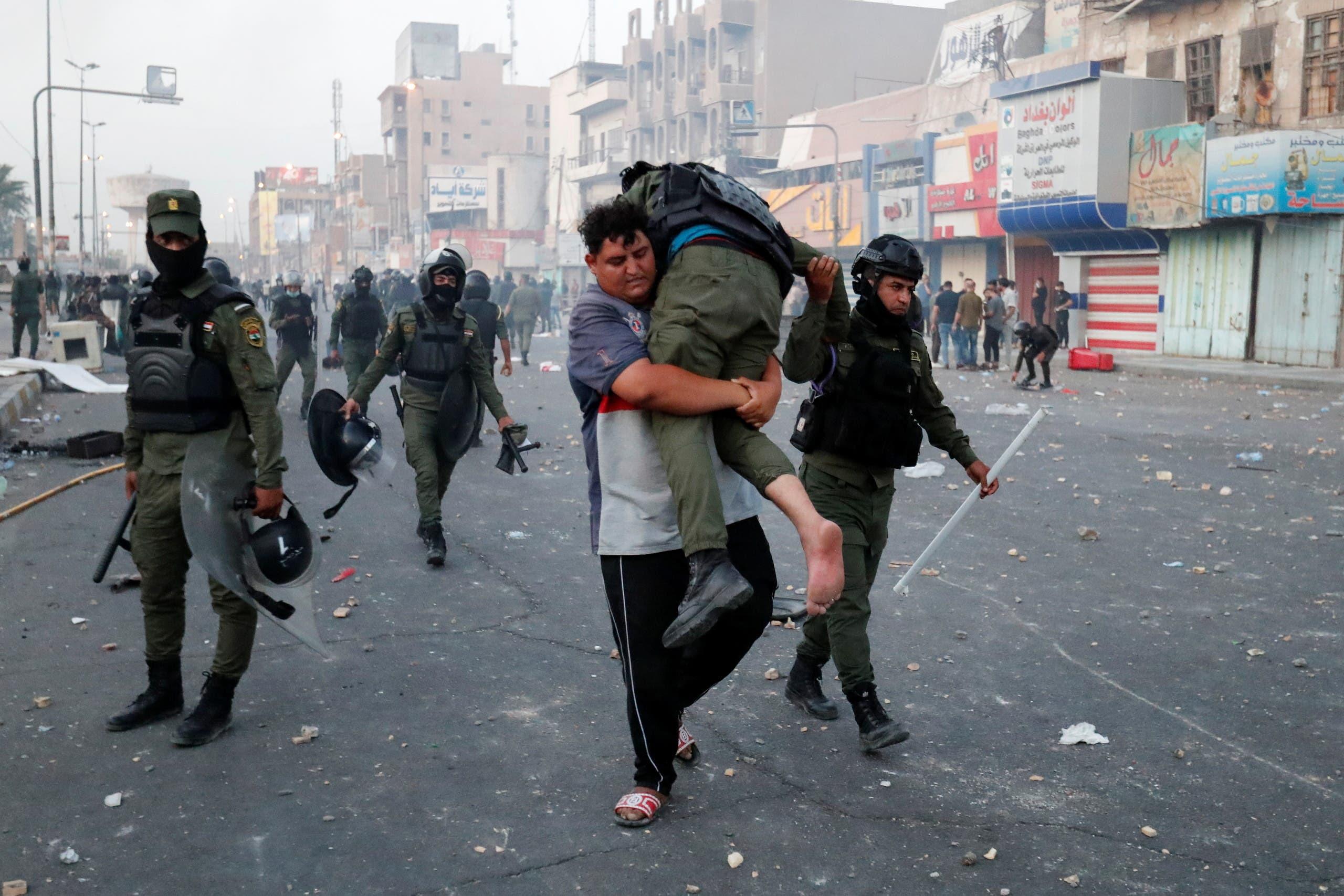نقل عنصر أمني مصاب أمس في تظاهرات بغداد