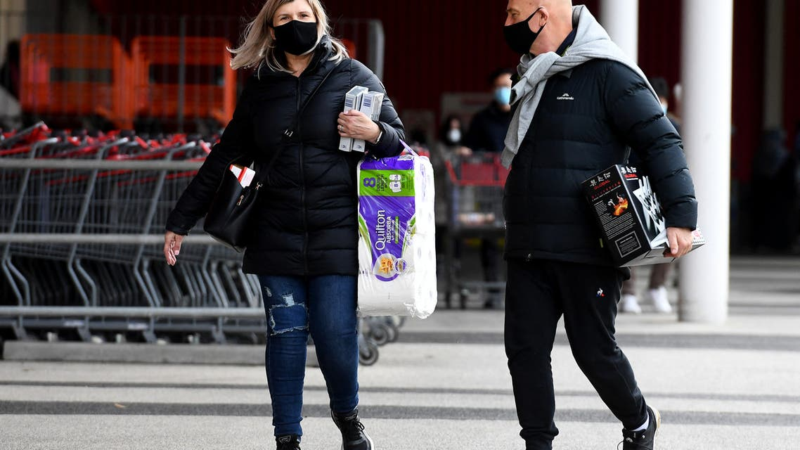 People carry their shopping at a wholesale supermarket in Melbourne on May 27, 2021, as the city was ordered into a snap week-long lockdown with officials blaming a sluggish vaccine rollout and hotel quarantine failures for another virus outbreak. (File photo: AFP)