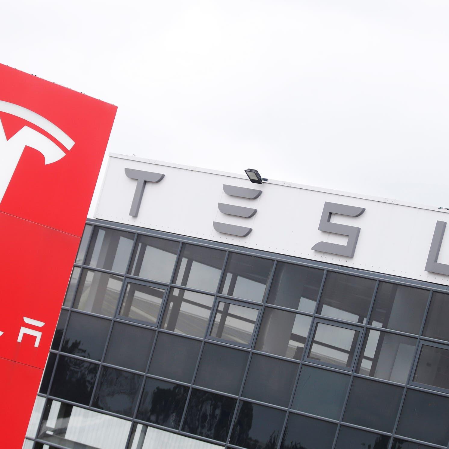 """هذه خطة """"تسلا"""" للتغلب على أزمة تخنق صناعة السيارات عالمياً"""
