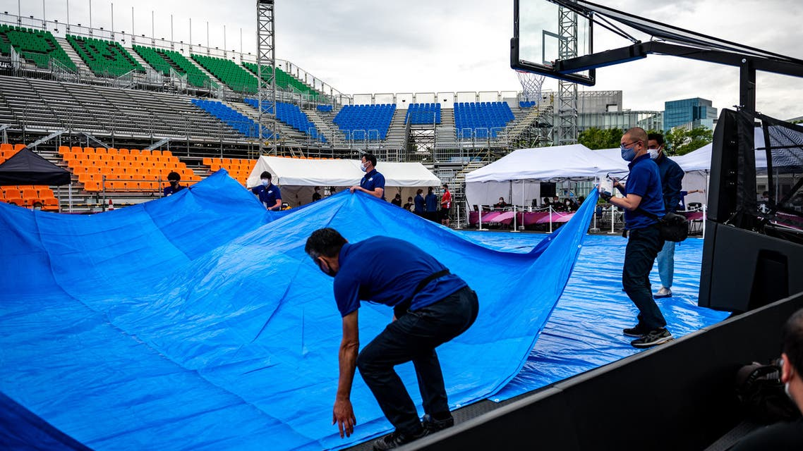 Staff members and volunteers prepare for a 3X3 basketball test event for the 2020 Tokyo Olympics at Aomi Urban Sports Park in Tokyo on May 16, 2021. (File photo: AFP)