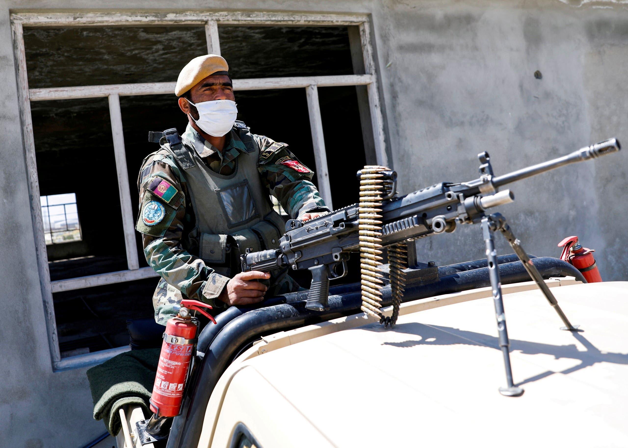 جندي من قوات الأمن الأفغانية (رويترز)