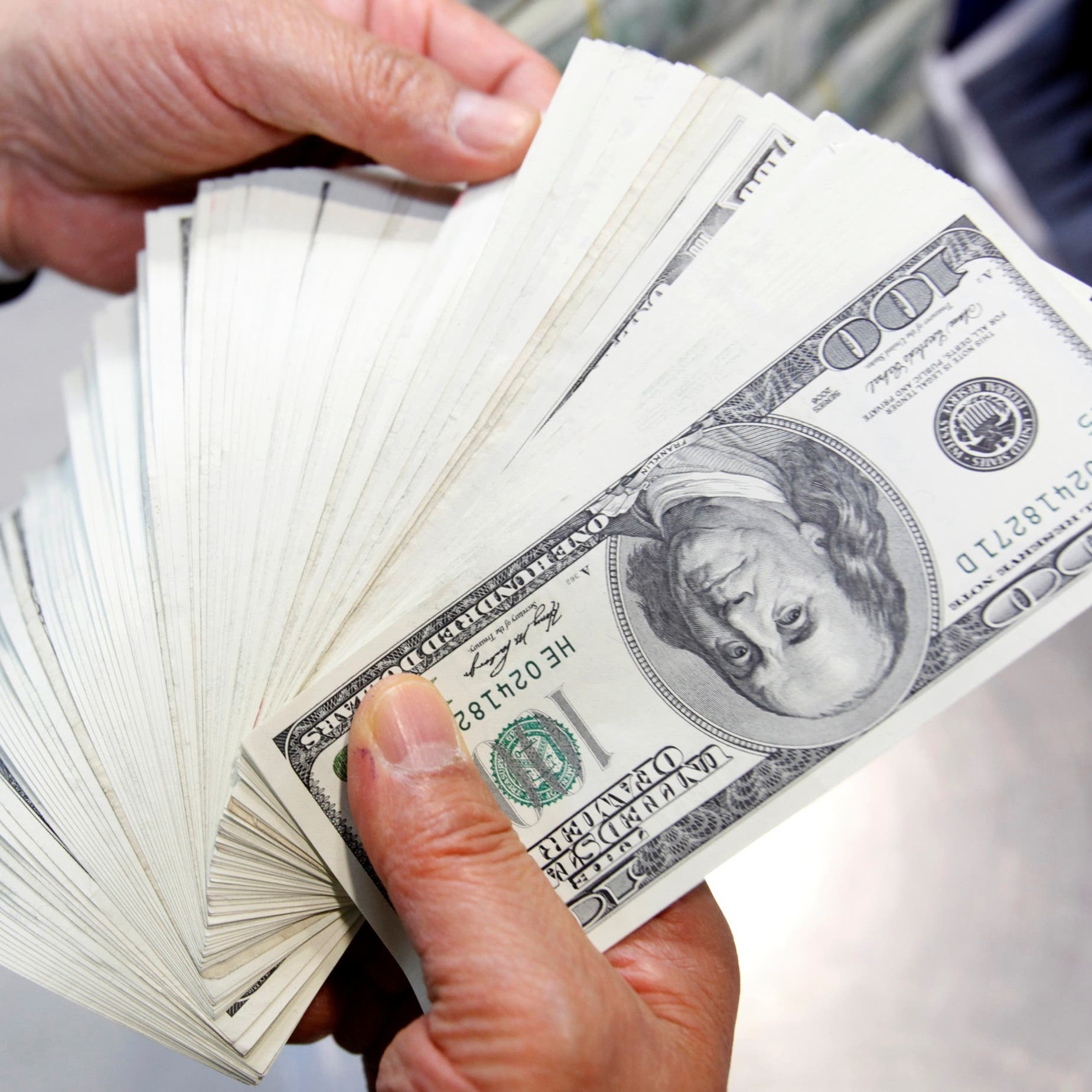 الدولار قرب قاع شهر متجهاً صوب أسوأ أداء أسبوعي منذ مايو