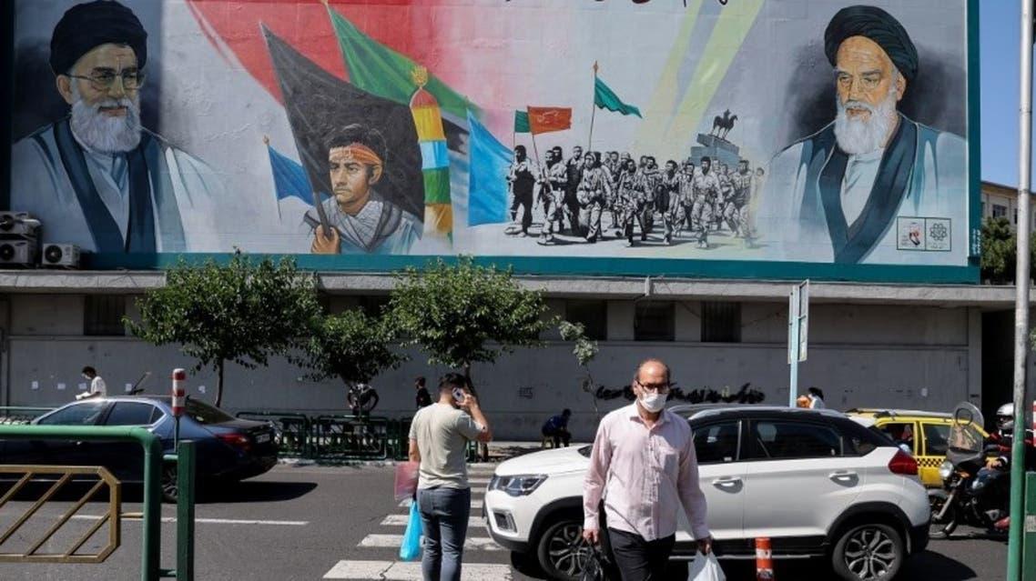 يافطة في أحد شوارع طهران تظهر صورة للخميني وخامنئي (فرانس برس)
