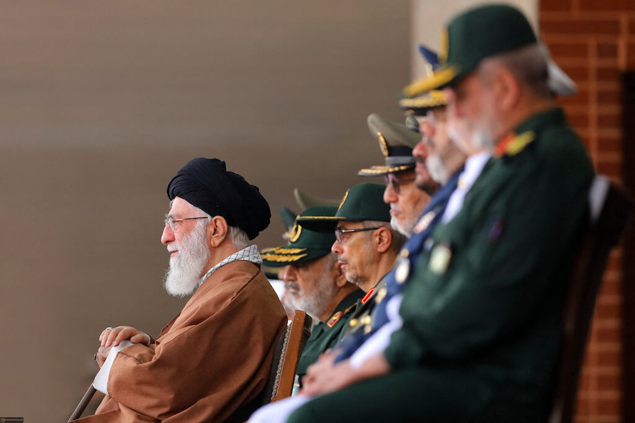المرشد خامنئي وخلفة قادة من الحرس الثوري الإيراني