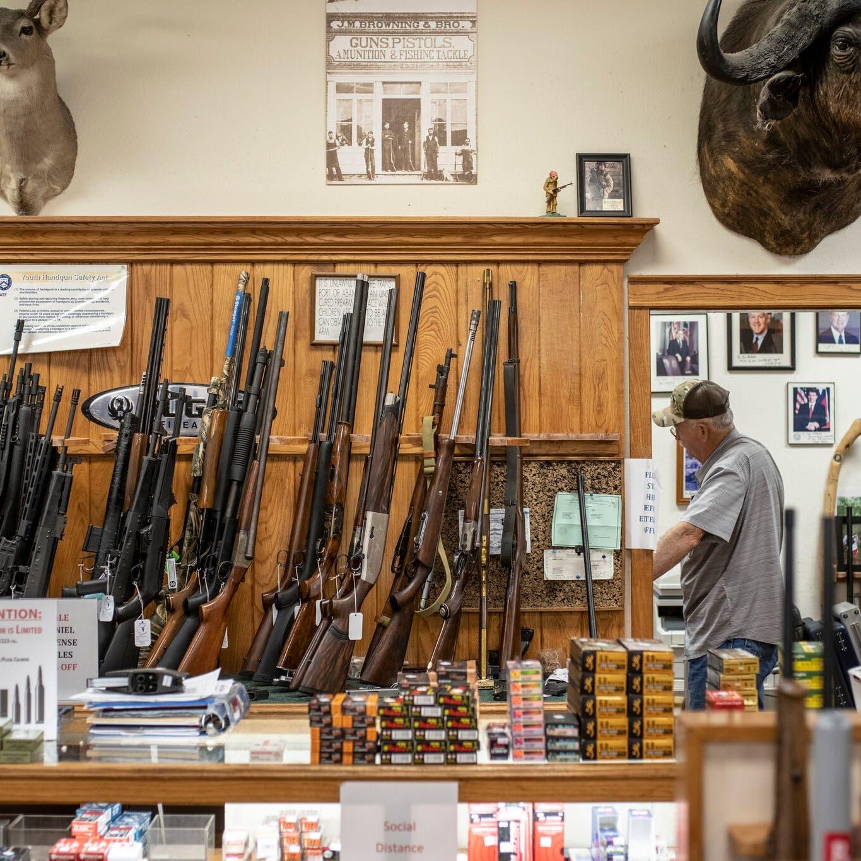 لماذا يركض الأميركيون لشراء السلاح مثل ورق التواليت؟
