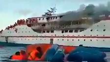 شاهد النيران تلتهم سفينة مكتظة بأكثر من 200 راكب