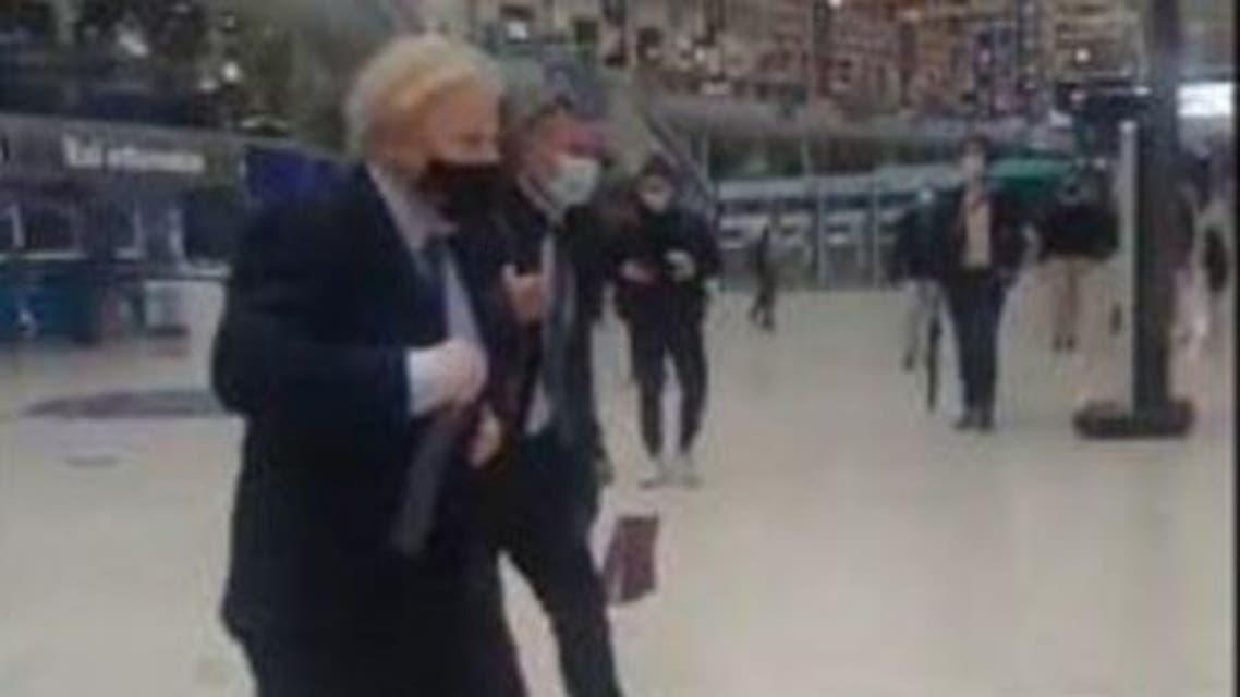 جونسون يركض في محطة القطار