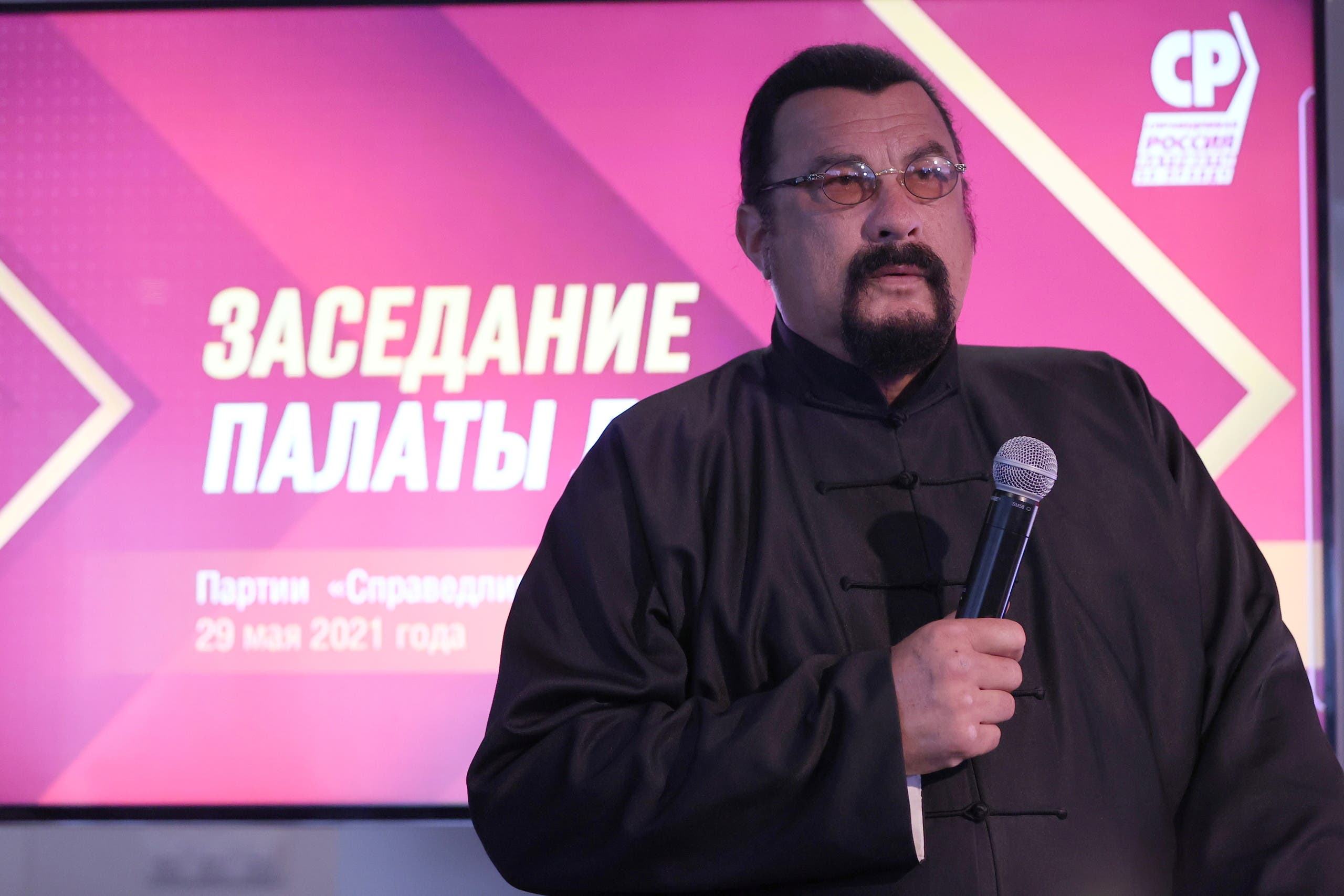 ستيفن سيغال خلال مؤتمر سياسي في موسكو أمس