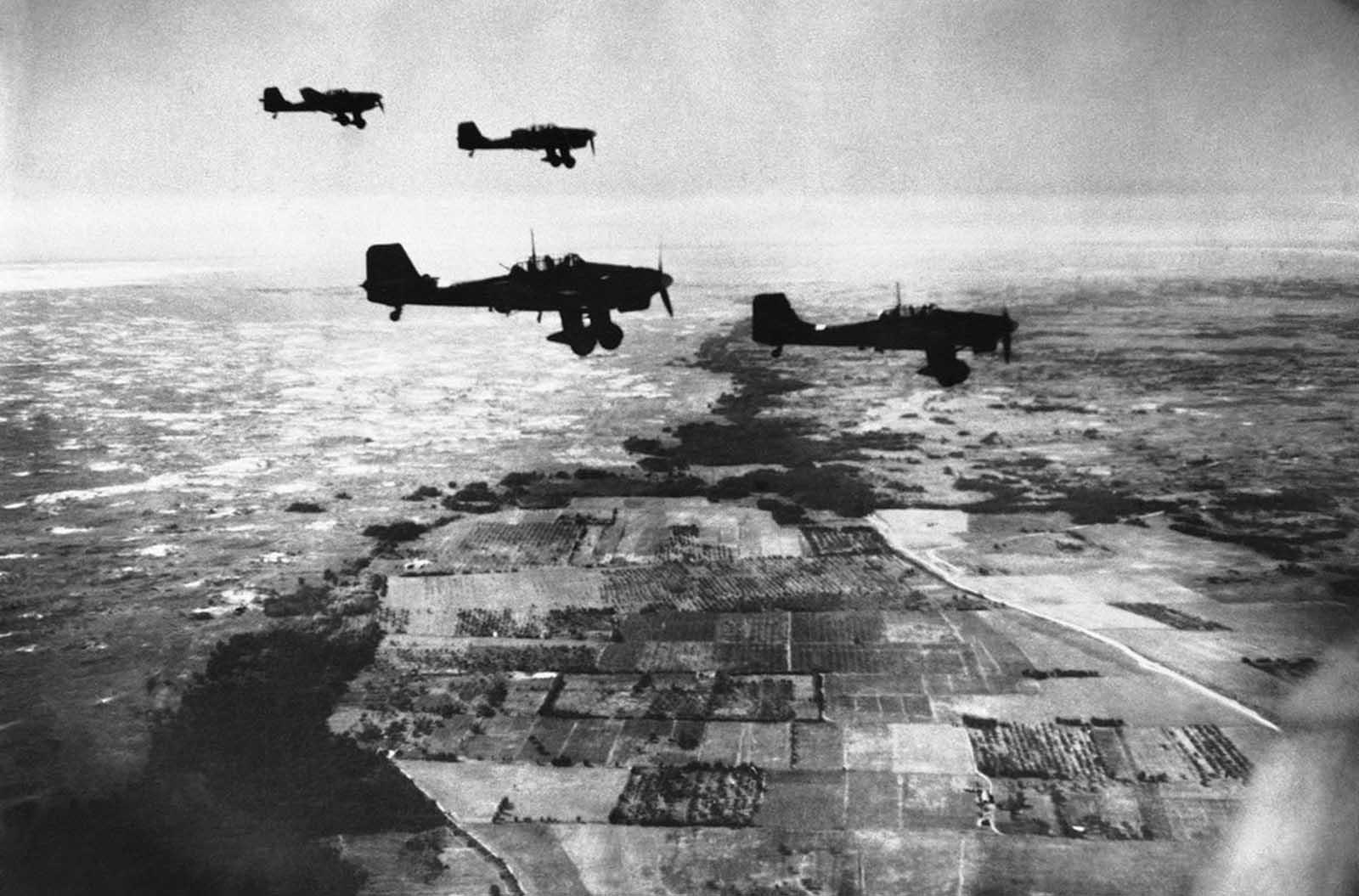 صورة لطائرات حربية ألمانية من نوع ستوكا وهي تحلق فوق الأراضي السوفيتية