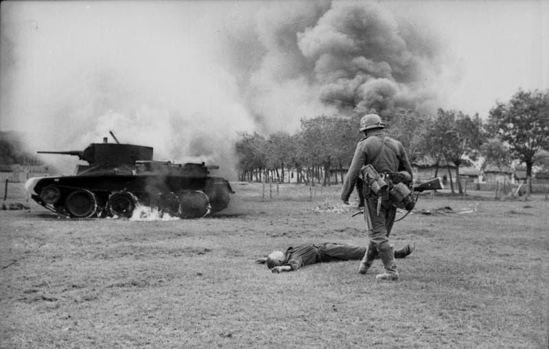 جندي ألماني وهو ينظر إلى جندي سوفييتي ميت بالتزامن مع بداية عملية بربروسا