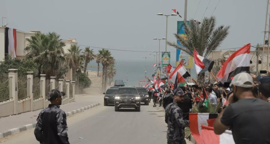 أعلام مصر لحظة وصول عباس كامل إلى قطاع غزة