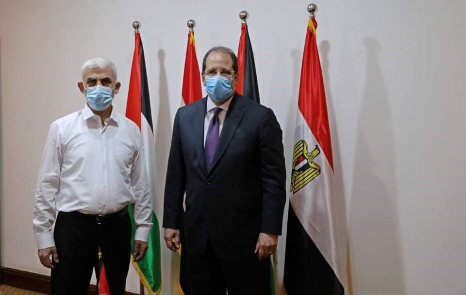 صورة يحي السنوار قيادي حماس مع مدير مخابرات مصر