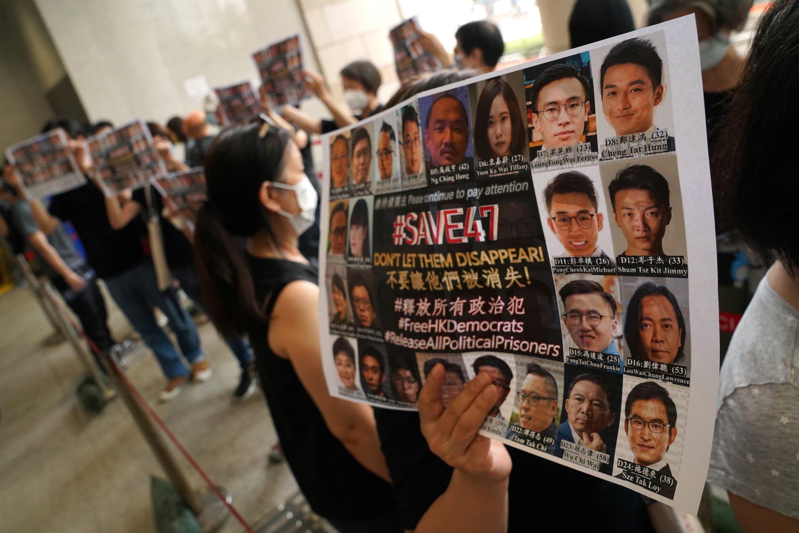 رفع لافتة في هونغ كونغ تحمل صور ناشطين تلاحقهم السلطات لمطالبتهم بالديمقراطية