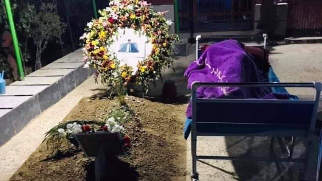 تصویر پدری که روی قبر پسرش خوابیده، خشم مردم افغانستان را برانگیخت