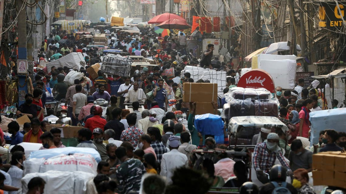 People walk at a crowded market amidst the spread of the coronavirus disease (COVID-19), in the old quarters of Delhi, India, April 6, 2021. (File Photo: Reuters)