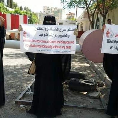تزامناً مع زيارة غريفثس لصنعاء.. أمهات يطالبن بإنجاز ملف المختطفين