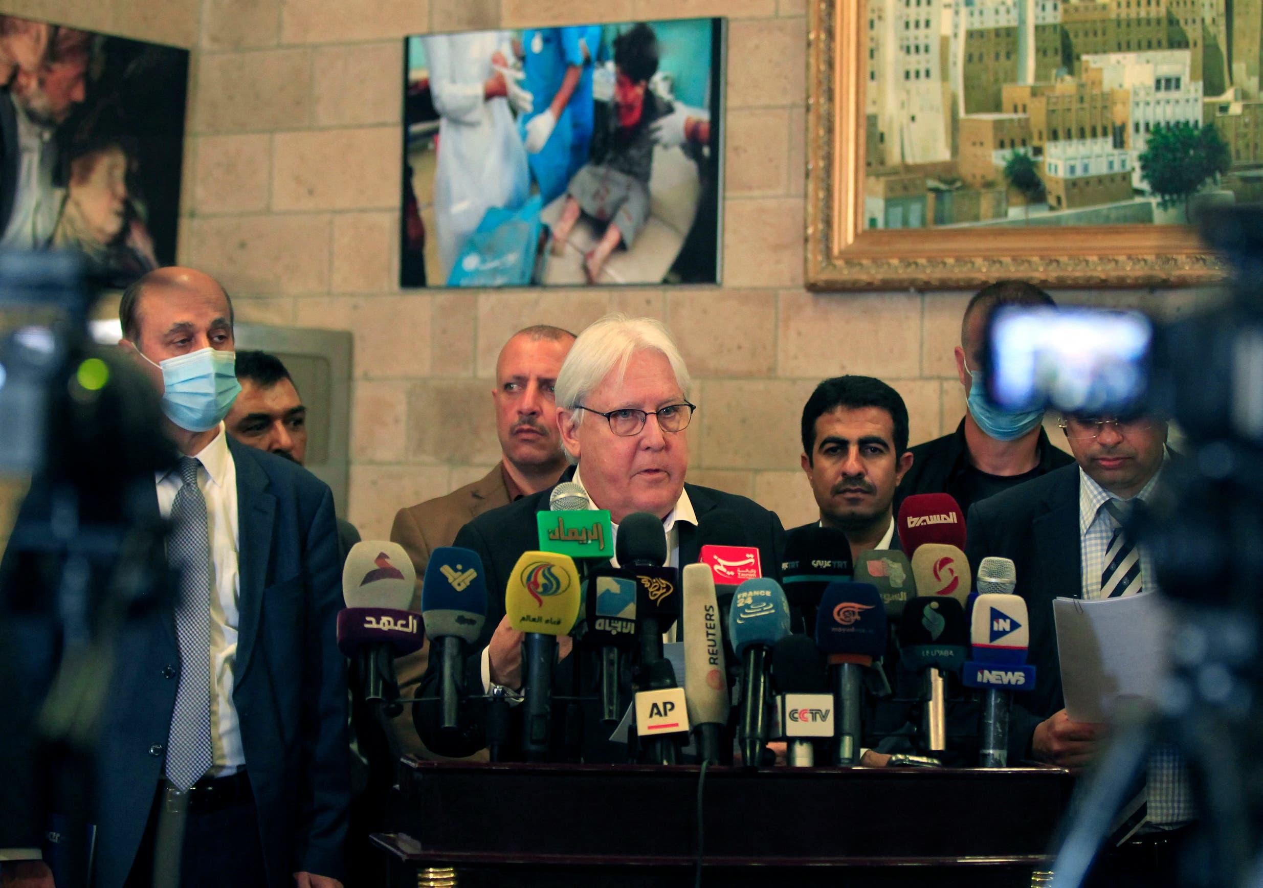 المبعوث الأممي السابق مارتن غريفثش في مطار صنعاء في مايو الماضي (أرشيفية)