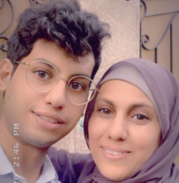 عبدالرحمن مع والدته
