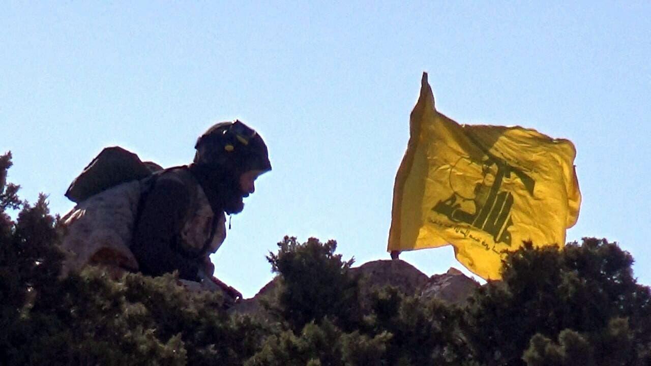 عنصر من حزب الله على  الحدود البنانية السورية (أرشيفية- فرانس برس)