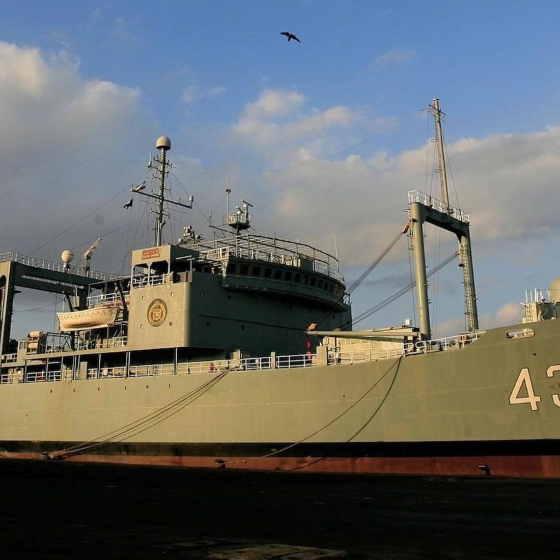 حريق هائل في أكبر سفينة لوجستية تابعة للجيش الإيراني