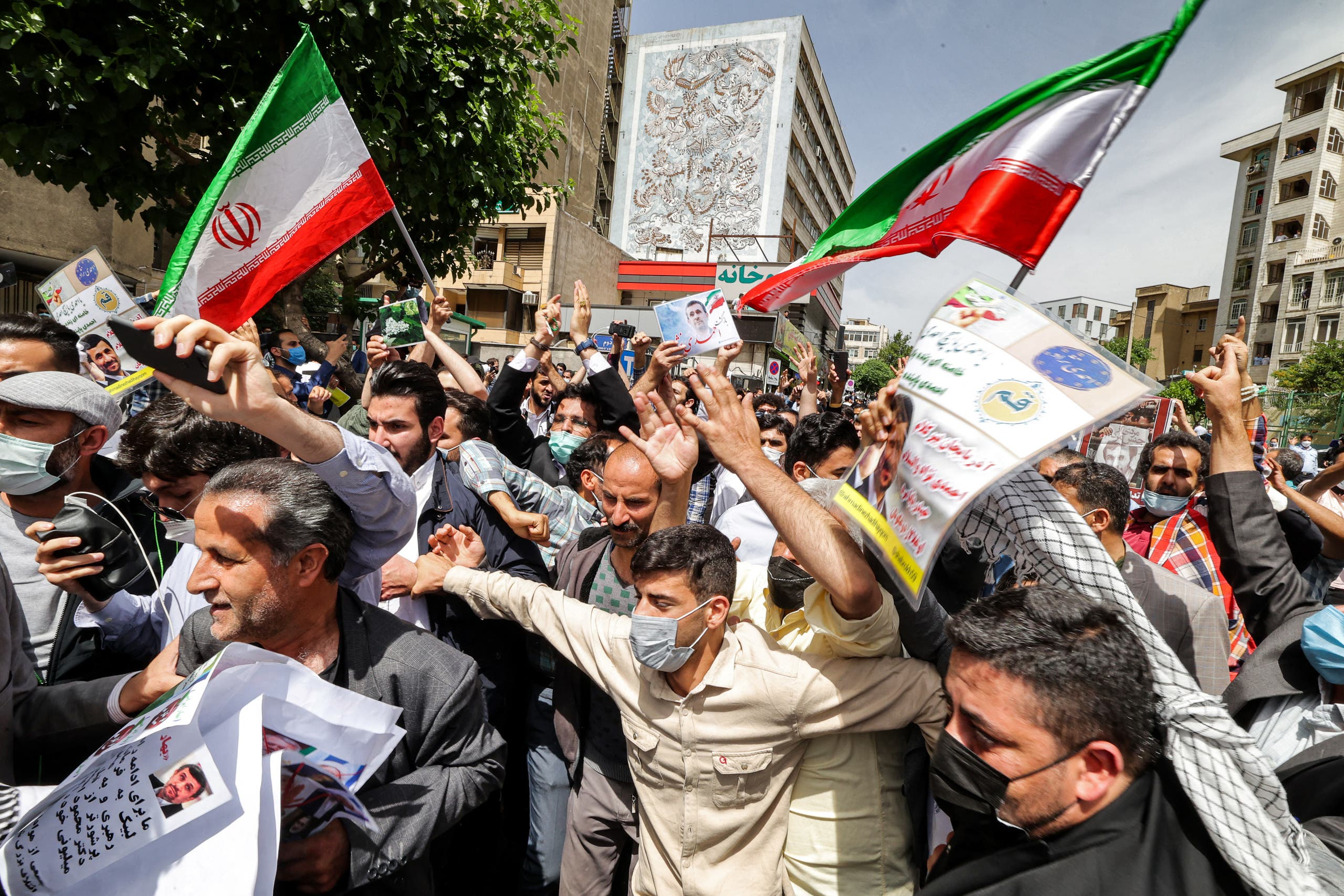 مناصرون لأحمدي نجاد أمام وزارة الداخيلة في مايو الماضي اثناء تقديمه لترشيحه للانتخابات