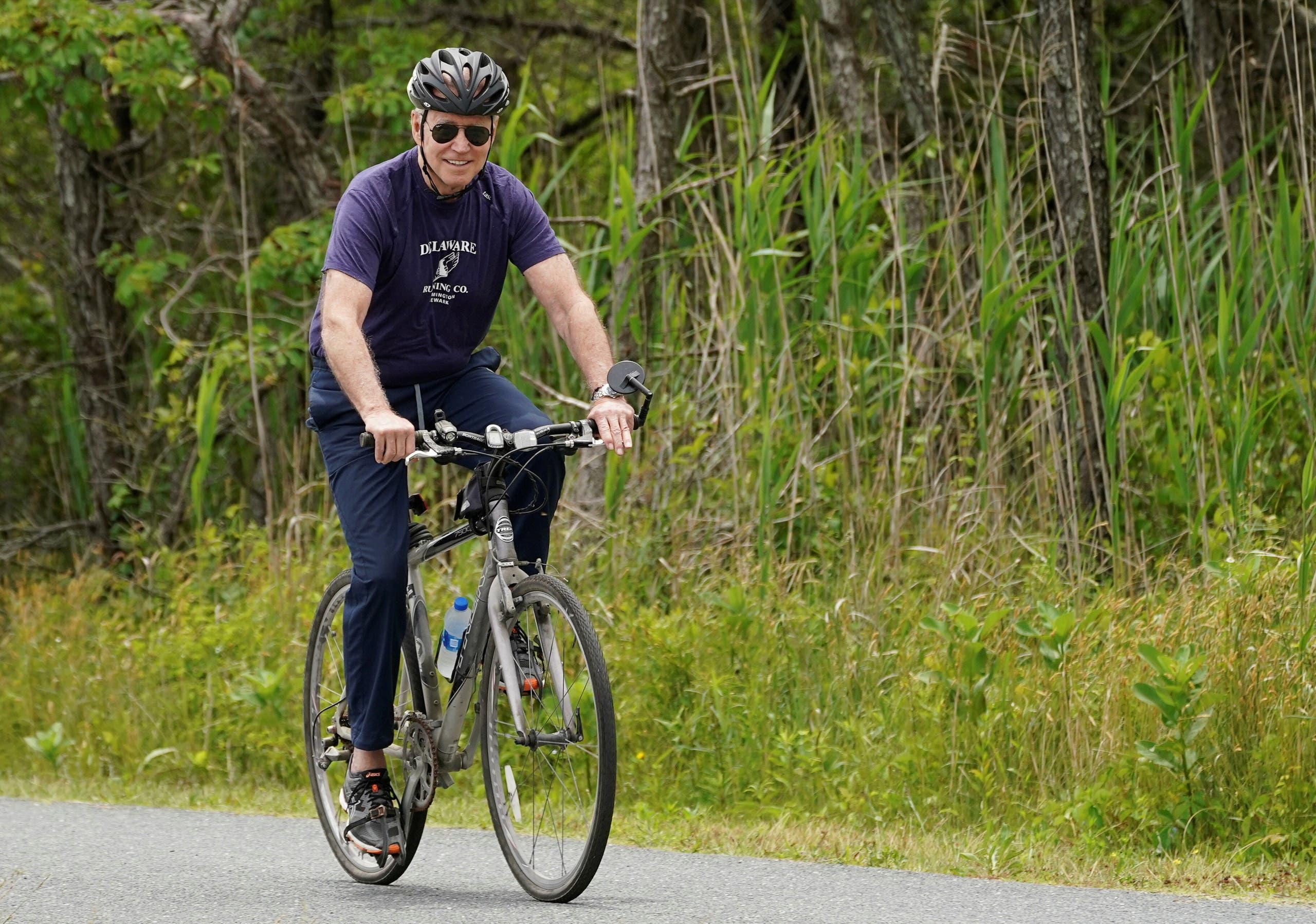 جو وجيل بايدن خلال النزهة على الدراجات الهوائية
