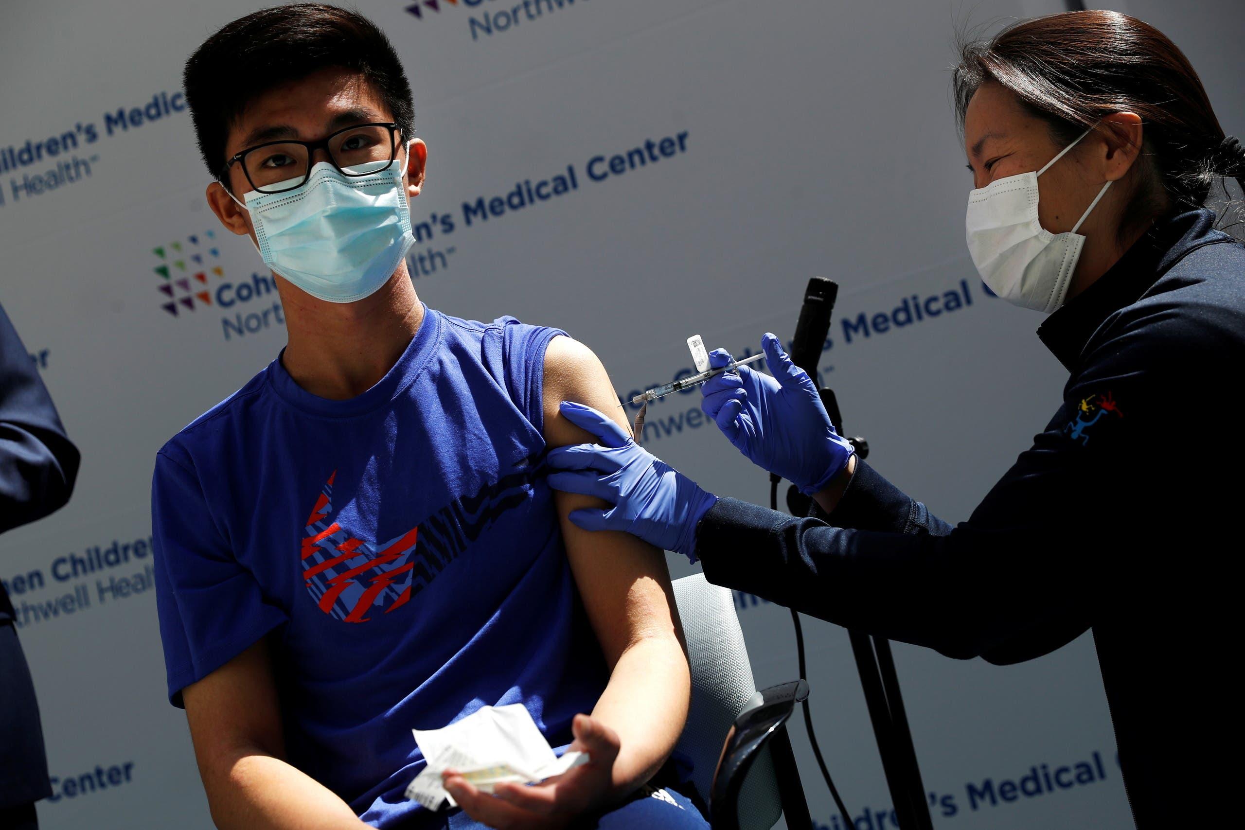 طفل في الـ15 من العمر يتلقى اللقاح ضد كورونا في نيويورك