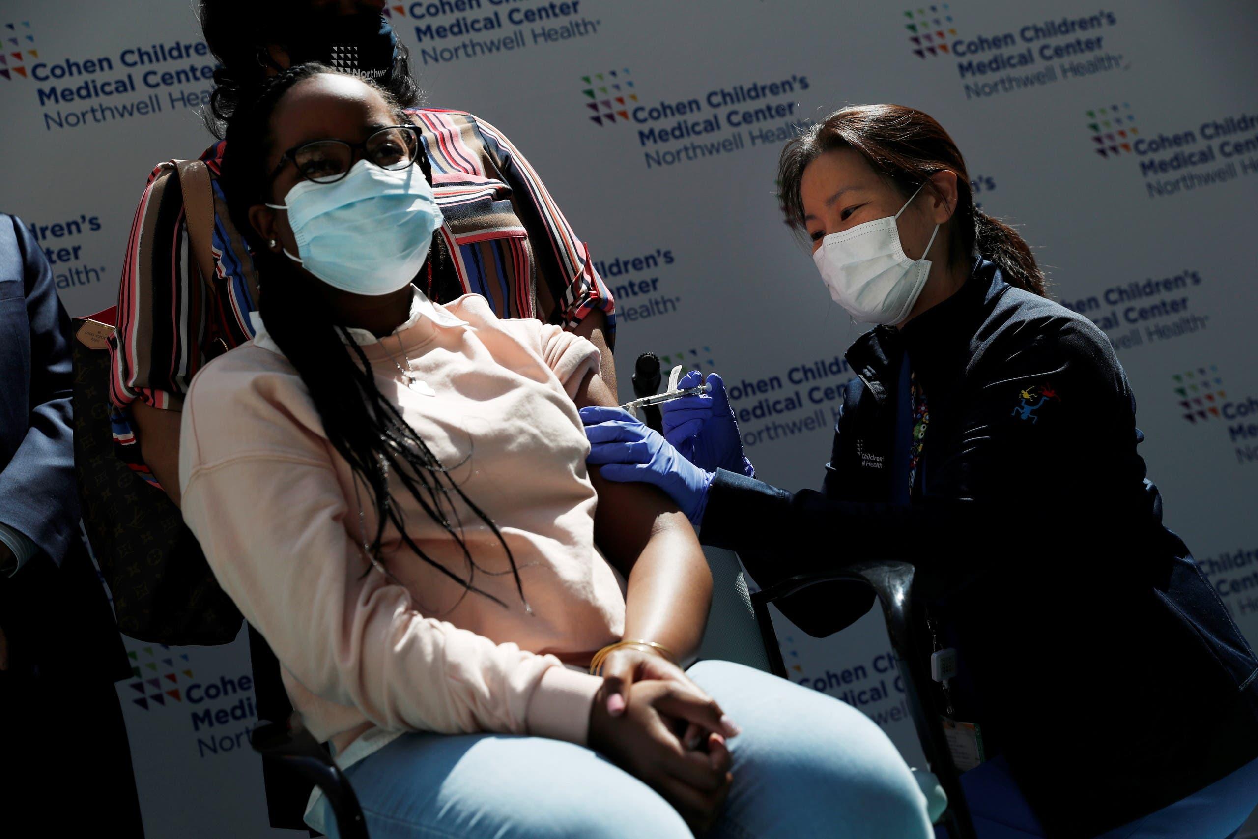 طفلة في الـ13 من العمر تتلقى اللقاح ضد كورونا في نيويورك