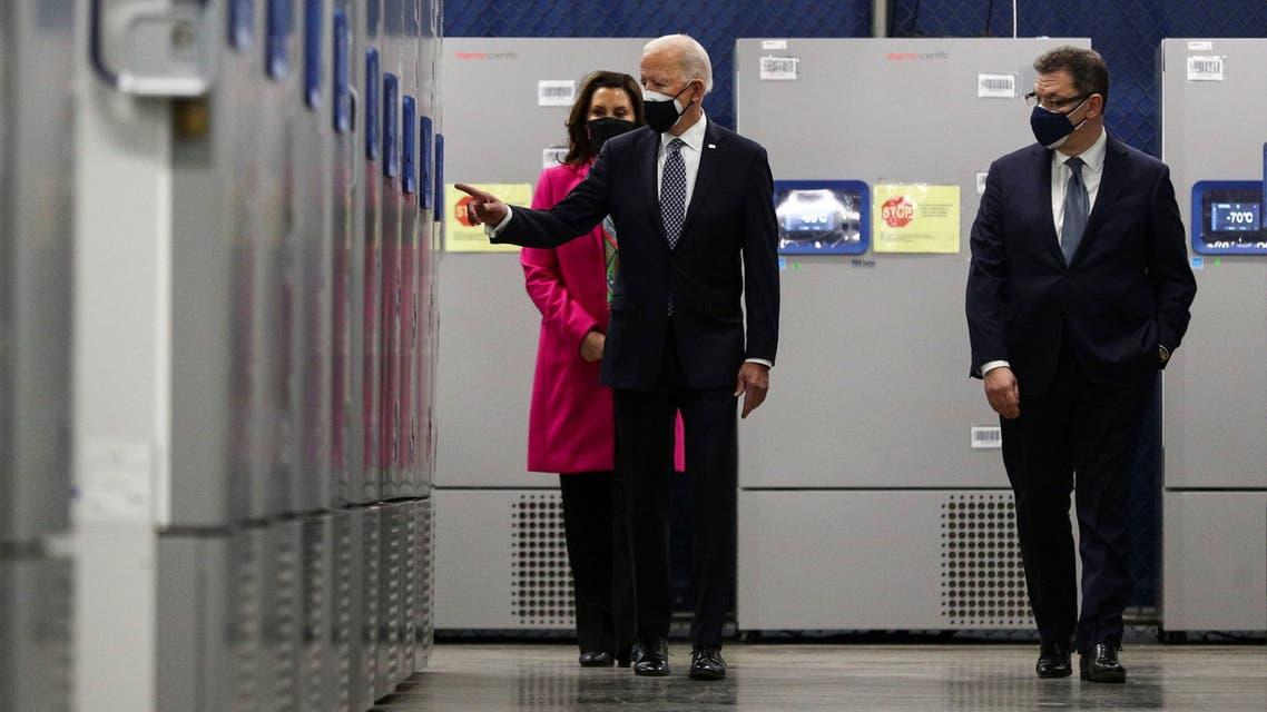 الرئيس الأميركي في زيارة لمصنع فايزر