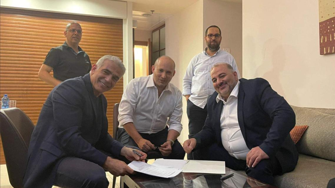 منصور عباس و نفتالي بينيت و يائير لابيد