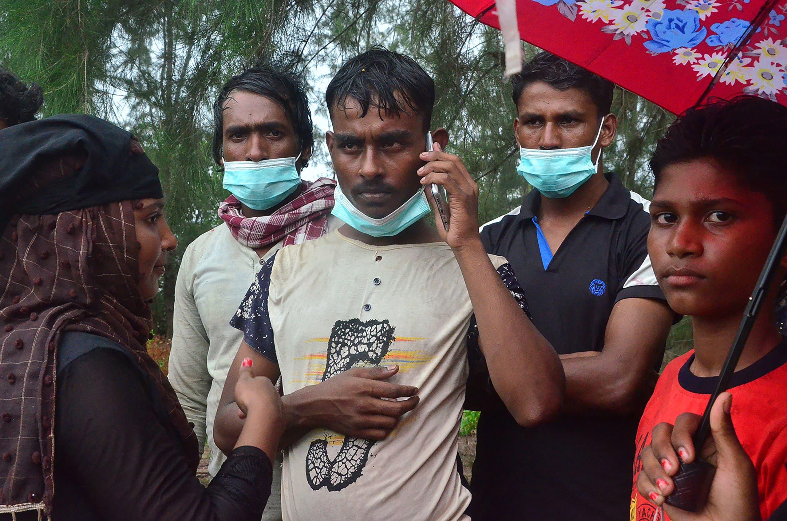 بعض اللاجئين الروهينغا الذين صولوا إلى إندونسيا على متن القارب المذكور